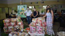 Primeira-dama e secretária de Assistência Social recebem 143 cestas básicas arrecadadas por empresa tangaraense