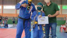 Prefeito e secretário de Esportes prestigiam troca de faixas de atletas do jiu-jitsu